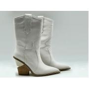 Женские сапоги казаки Fendi (Фенди) кожаные каблук скошенный White